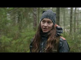 Hilda och Johan arbetar i skogen